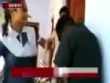实拍印度女学生暴打性骚扰者 警察微笑围观