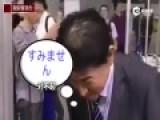 """安倍""""道歉""""机器人亮相上海 不停鞠躬认错"""
