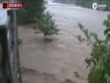 实拍湖北英山遭暴雨袭击 洪水5秒冲垮三层楼房
