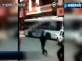 现场实拍中山一男子劫持公交横冲直撞