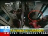 实拍男子地铁抽烟脚踹劝阻乘客被制服