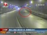 监拍男子醉酒后上躺路中央 惨遭碾压身亡