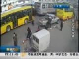 现场:两女因公交上踩一脚 脱衣互殴10分钟