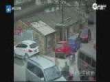 监拍老人路口摔倒23人经过无人管 遭碾压拖行