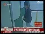监控:女子取钱遭男子悄悄接近猛捅 追出后倒地