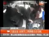 监控:大妈坐过站 全家多人齐上阵围殴公交司机