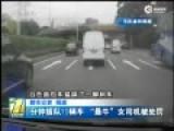 """实拍深圳""""最牛女司机""""3分钟内连续插队10车"""