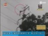 现场:男子爬上高压电线杆 遭电击突爆火球坠亡