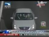 男子高速路上单手开车搂女人 偏离车道被罚
