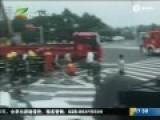 实拍轿车钻进货车车底遭削顶 致2死2伤