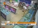 现场-男子提双刀进手机店乱砍 民警徒手制服