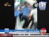 现场-城管暴力执法冲小贩妻挥拳 丈夫反抗被打