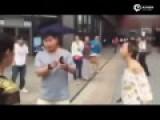 实拍小伙与女网友见面嫌其长得丑 两人当街互殴