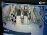 监控:女子被卷入扶梯身亡 踏板坍塌瞬间被吞没
