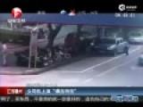 监控-女司机转向失控冲上人行道 连碾压9车
