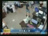 监控:患者家属酒后滋事 暴打医生威胁病人