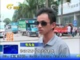 监控:南宁交通稽查人员持钢管砸非法营运商务车