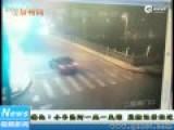 监拍轿车转弯失控撞断护栏坠桥 致1死1失踪