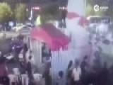 实拍几十人街头持刀棒混战 场面堪比黑帮大片