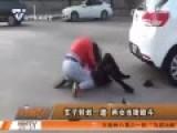 实拍两女子当街滚地扯头发厮打 因小刮擦