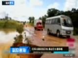 巴西公路现天坑 路过巴士遭吞噬后被洪水冲走
