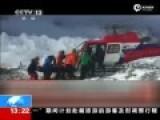 现场:救援人员使用直升机在珠峰运送伤员