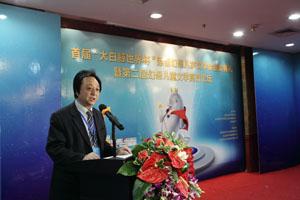 中国儿童文学研究会副会长、北师大文学院教授、博士生导师王泉根介绍评奖综述