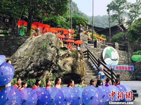 开幕式演出以掩映在青山绿水间的巴王古寨为主背景 刘良伟 摄