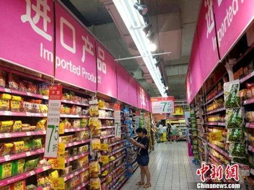 民众正在超市里购物。<a target='_blank' href=