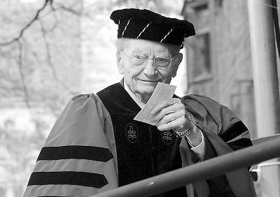 萨缪尔森2004年出席耶鲁大学的毕业典礼。资料图片