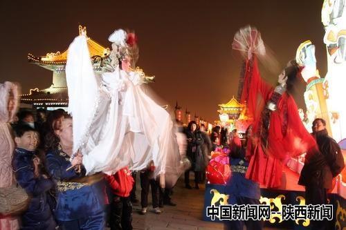 """1月26日晚,""""西安大庙会•城墙上元灯会暨成都国际熊猫灯会""""在西安点亮。金鑫 摄"""