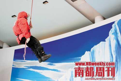 在南极中心的入口,屋顶吊着一个假人,模拟探险队员在极地攀岩。