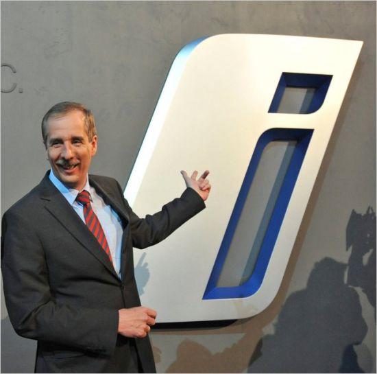图为宝马研发总监德雷格(Klaus Draeger)展示BMWi的新标志