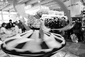 每年的国际旅游展都火爆羊城。一位埃及苏菲舞艺人向观众展示优美的舞姿。(资料图片)