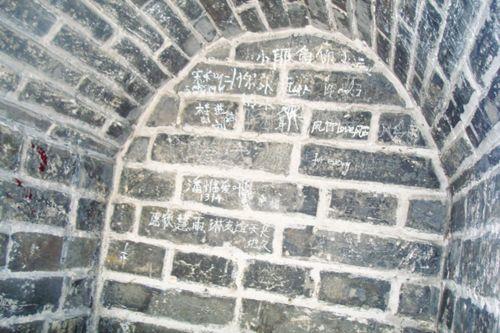 百牙塔是池州市区的一幢标志性建筑,至今已经有500年历史,属于省级文保单位。近日有读者向记者报料称,百牙塔正饱受涂鸦之困。记者实地探访时,古塔的管理部门也表示对涂鸦问题很头疼。
