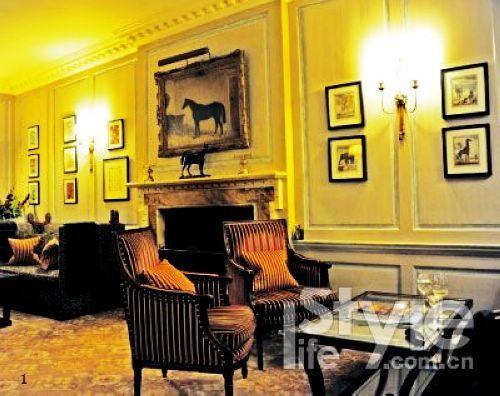 酒店里温暖的客厅