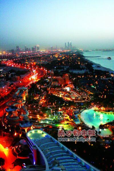 在波浪酒店上俯瞰看到的迪拜棕榈岛夜色。