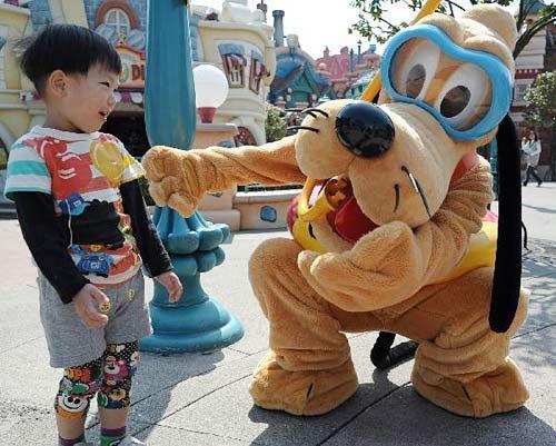 4月15日,一名儿童在日本东京迪斯尼乐园游玩。