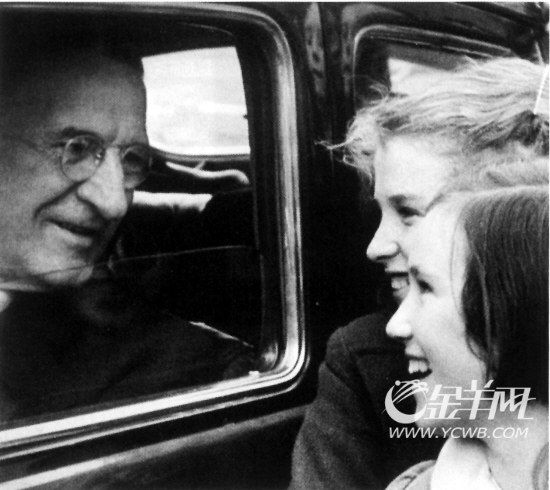 坐在车里的爱蒙・德瓦勒拉轻松地与小朋友打着招呼。