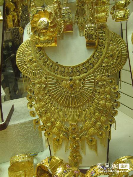 迪拜黄金饰品的另外一大特色是大多带有浓厚的阿拉伯和伊斯兰风格,
