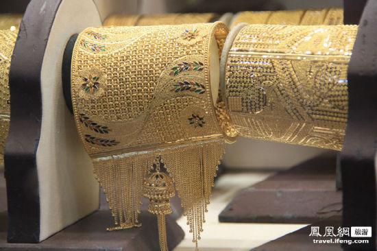 黄金打造的手镯,这么沉的一个玩意儿套在手上,岂不是要被拉成长臂猿?