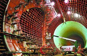 """东京地下排水系统的空间非常宽敞,连起吊机在里头都显得有些""""渺小""""。"""