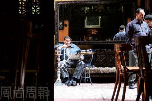 费萨维咖啡馆,水烟、咖啡和报纸。