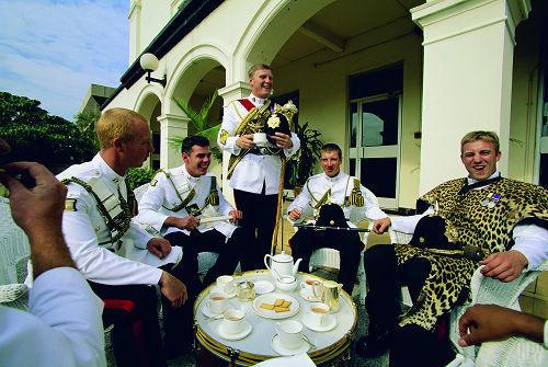 喝茶在英国,已成为一种身份的象征、一种社交生活,甚至变成学术讨论,是最标志性的英伦生活