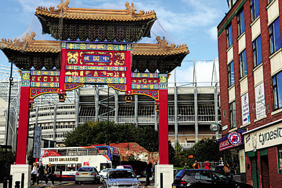 中国城牌坊的外面,就是大名鼎鼎的英超纽卡斯尔联队主场:圣詹士公园球场