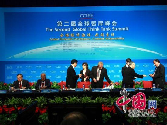"""由中国国际经济交流中心主办的""""第二届全球智库峰会""""于2011年6月25-26日在北京召开,主题为""""全球经济治理:共同责任""""。图为嘉宾入场。 图片来源:中国网"""