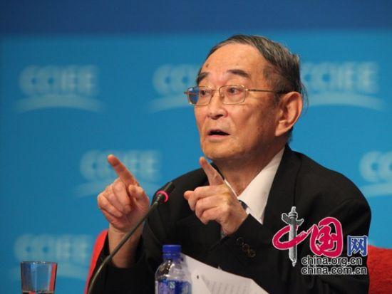 """由中国国际经济交流中心主办的""""第二届全球智库峰会""""于2011年6月25-26日在北京召开,主题为""""全球经济治理:共同责任""""。图为北京大学教授厉以宁先生发言。 图片来源:中国网"""