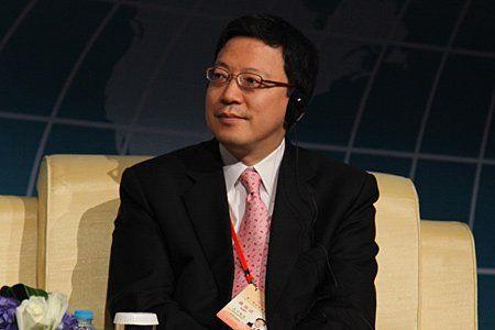 """由中国国际经济交流中心主办的""""第二届全球智库峰会""""于2011年6月25-26日在北京召开,主题为""""全球经济治理:共同责任""""。图为野村国际董事总经理目下智夫。 图片来源:新浪财经"""