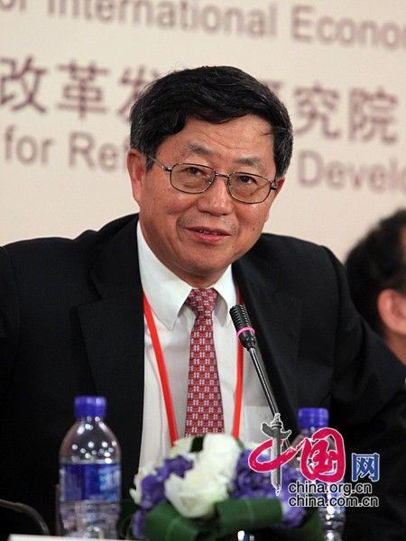 """由中国国际经济交流中心主办的""""第二届全球智库峰会""""于2011年6月25-26日在北京召开,主题为""""全球经济治理:共同责任""""。图为中国改革发展研究院院长迟福林回答提问。 图片来源:中国网"""