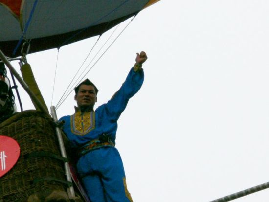 图为:赛买提・艾山�~山成功挑战100米高空热气球走钢丝